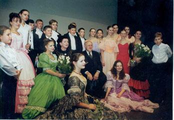 КМТИ №61,М. Растропович и Г. Вишневская в кругу учеников школы